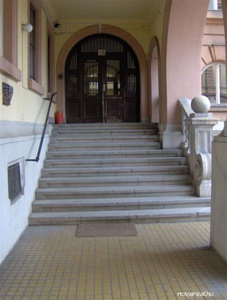 Budapest Kiadó garzon lakás Népligetnél - Lépcsőházi Bejárat